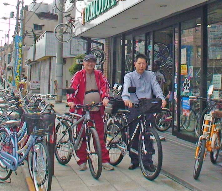 ... 人で新しい自転車を手にして