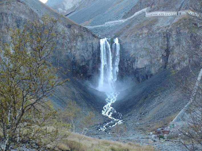 白頭山天池瀑布 白頭山天池瀑布をバックにして。 本当にすばらしい景色だ... 延辺<延吉・琿春>